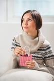 Femme préparant la surprise pour son mari ou ami Photo stock