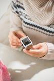 Femme préparant la surprise pour son mari ou ami Photos stock