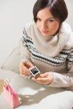 Femme préparant la surprise pour son mari ou ami Photo libre de droits