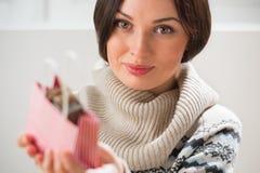 Femme préparant la surprise pour son mari ou boyfriendn Image stock