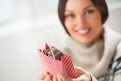 Femme préparant la surprise pour son mari ou boyfriendnn Photo libre de droits