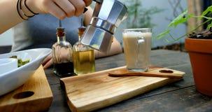 Femme préparant le café sur la table dans le restaurant 4k clips vidéos