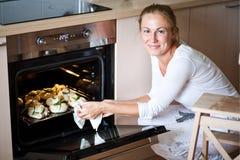 Femme préparant le déjeuner Photos stock
