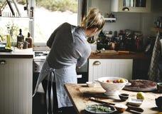 Femme préparant le dîner dans la cuisine photos libres de droits