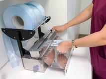Femme préparant les outils stérilisés Photo stock
