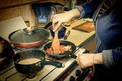Femme, préparant, petit déjeuner, cuisine à la maison, l'espace de copie image stock