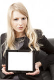 Femme présent le PC de tablette avec l'espace de copie Images libres de droits
