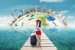 Femme prête aux vacances sur le monument du monde Photographie stock