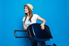 Femme prête pour le voyage d'été d'isolement sur le fond bleu Jolie femme courant avec des bagages sur le fond bleu photos libres de droits