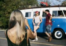 Femme prenant à amis la photo sur le voyage par la route Photo stock