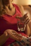 Femme prenant des comprimés somnifères Photo stock