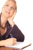 Femme prenant des notes pensant le sourire photographie stock