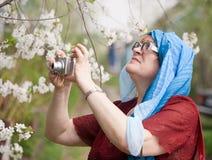 Femme prenant des photos Image libre de droits