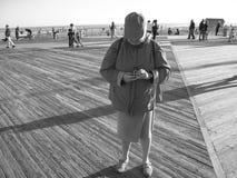 Femme prenant des photos Images libres de droits