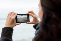 Femme prenant des photos avec Nokia Lumia 1020 image libre de droits
