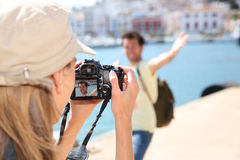 Femme prenant des photos de son ami Photos stock