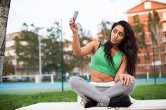 Femme prenant des selfies Images libres de droits