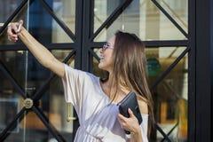 Femme prenant des selfies avec des paniers Photos stock