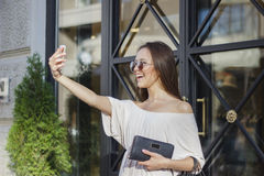 Femme prenant des selfies avec des paniers Photo libre de droits