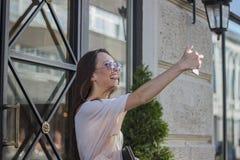 Femme prenant des selfies avec des paniers Image stock