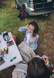 Femme prenant la photo à l'ami en petit déjeuner Photos stock