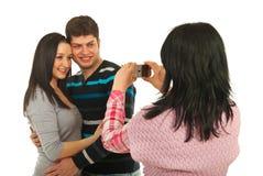 Femme prenant la photo à ses couples d'amis Images stock