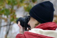 Femme prenant la photo Photo stock