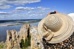 Femme prenant la photo au point de vue Photos libres de droits