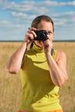 Femme prenant la photo avec l'appareil-photo Photos stock