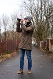 Femme prenant la photo avec l'appareil-photo photographie stock