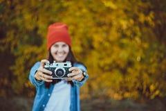 Femme prenant la photo avec le vieil appareil-photo photo stock