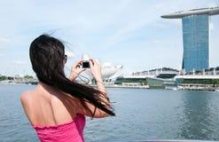 Femme prenant la photo de l'hôtel de compartiment de marina Photo libre de droits