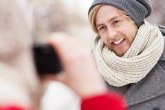 Femme prenant la photo de l'jeune homme Photographie stock