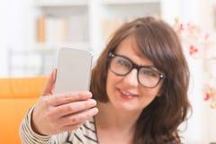 Femme prenant la photo de selfie Photos stock
