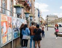 Femme prenant la photo des amis mettant la station en commun Photo libre de droits