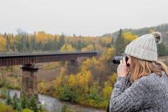 Femme prenant la photo du pont au-dessus de la rivière dans Ontario Canada image stock