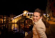 Femme prenant la photo du pont de Rialto dans Noël Venise, Italie Photographie stock