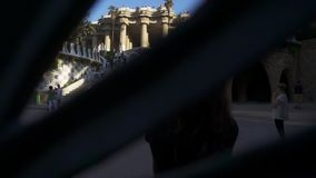 Femme prenant la photo du vieux palais célèbre au parc Guell Concept de tourisme de Barcelone banque de vidéos