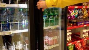 Femme prenant le coke d'un refroidisseur banque de vidéos