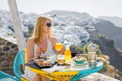 Femme prenant le petit déjeuner dans l'hôtel de luxe dans Santorini photographie stock