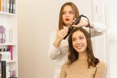 Femme prenant le plaisir de sa nouvelle coiffure Photo stock