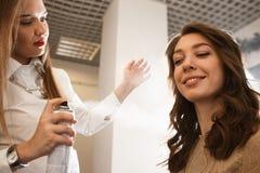 Femme prenant le plaisir de sa nouvelle coiffure Photos libres de droits