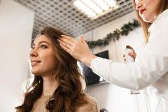 Femme prenant le plaisir de sa nouvelle coiffure Photographie stock