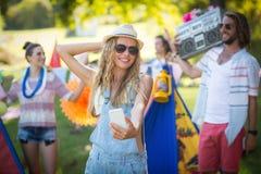 Femme prenant le selfie au terrain de camping photographie stock libre de droits