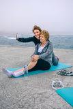 Femme prenant le selfie avec la femme supérieure Photographie stock libre de droits