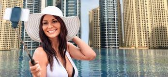 Femme prenant le selfie avec le smartphone au-dessus de la piscine de ville Photo libre de droits