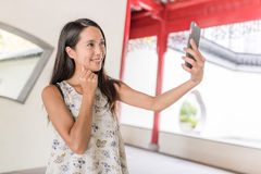 Femme prenant le selfie dans le jardin chinois image libre de droits