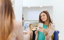 Femme prenant le selfie de miroir par le smartphone au magasin Images stock