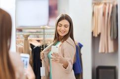 Femme prenant le selfie de miroir par le smartphone au magasin Images libres de droits