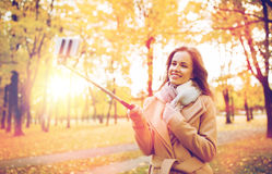 Femme prenant le selfie par le smartphone en parc d'automne Image libre de droits